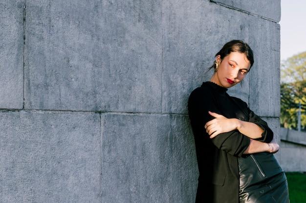 Portrait, jeune, femme, bras, croisé, debout, contre, mur Photo gratuit