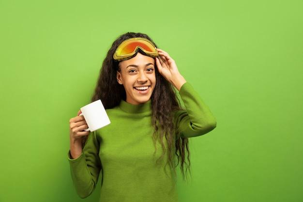 Portrait De Jeune Femme Brune Afro-américaine En Masque De Ski Sur L'espace Vert Photo gratuit
