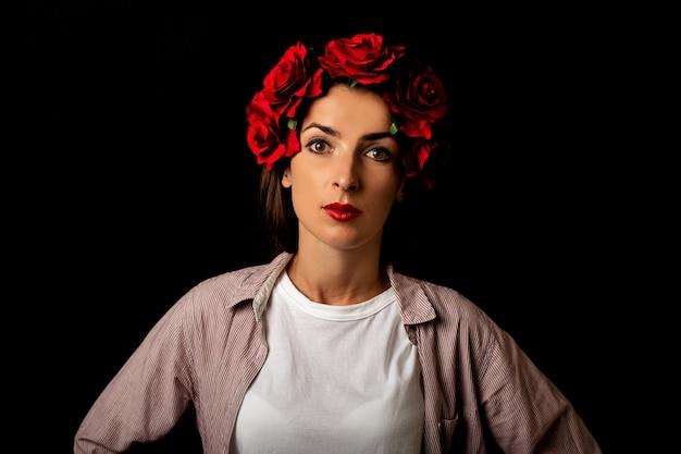 Portrait D'une Jeune Femme Dans Une Couronne De Fleurs Rouges Photo Premium