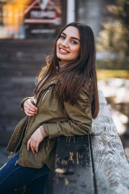 Portrait de jeune femme dans la rue Photo gratuit