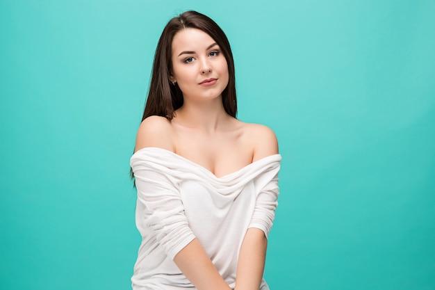 Le Portrait De La Jeune Femme Avec Des émotions Heureuses Photo gratuit