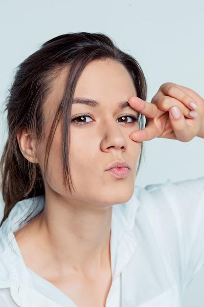 Portrait De La Jeune Femme Avec Des émotions Réfléchies Photo gratuit