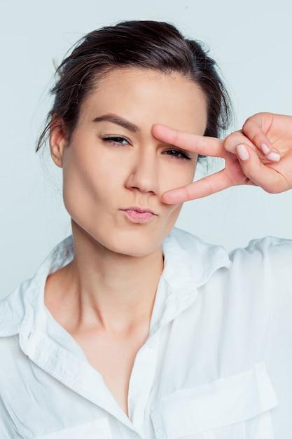Le Portrait De La Jeune Femme Avec Des émotions Réfléchies Photo gratuit