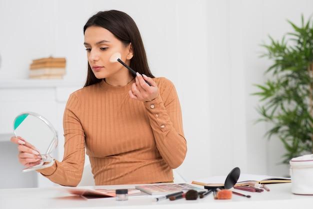 Portrait De Jeune Femme Faisant Son Maquillage Photo gratuit