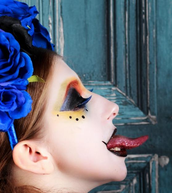 Portrait, jeune, femme, halloween, maquillage, fleurs bleues Photo Premium