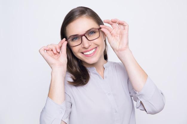 59b514d80b96de Portrait de jeune femme heureuse d essayer sur des lunettes ...