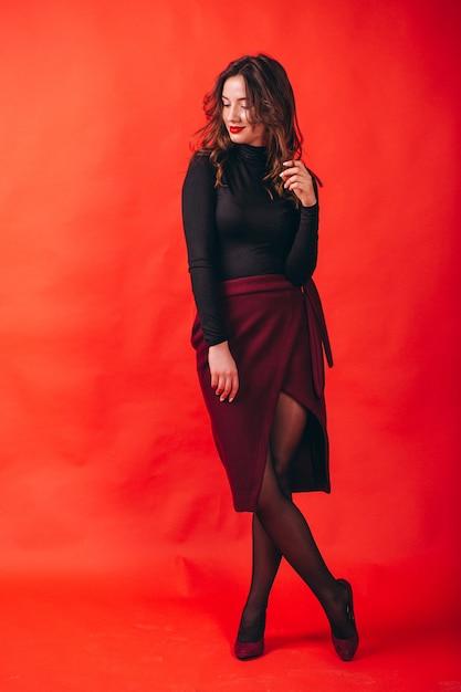 Portrait de jeune femme heureuse en studio Photo gratuit