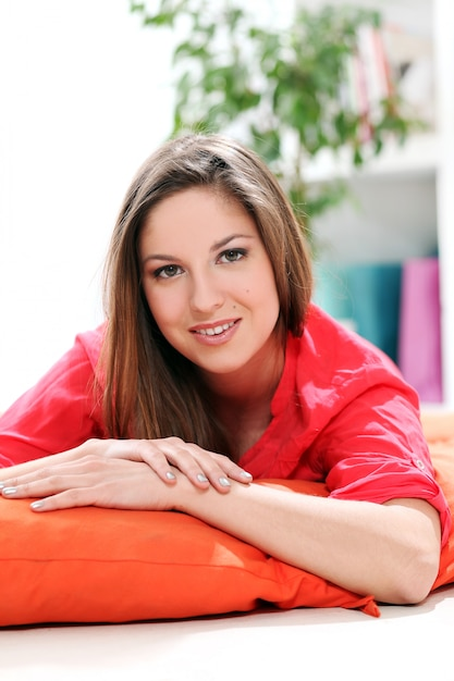 Portrait de jeune femme heureuse Photo gratuit