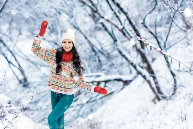 Portrait de jeune femme hiver. beauty joyful model girl rire et s'amuser à winter park Photo Premium