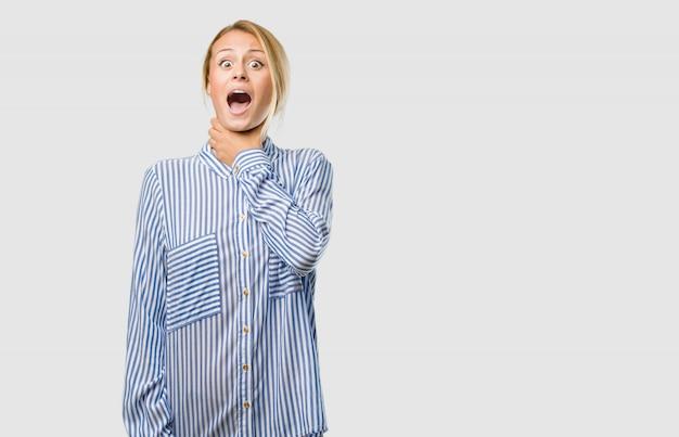 Portrait d'une jeune femme jolie blonde inquiète et accablée, anxieuse, sentiment de pression Photo Premium