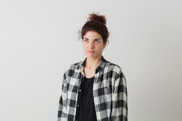 Portrait De Jeune Femme Jolie Hipster En Chemise à Carreaux Pensant, Ayant Un Problème, Posant Isolé Sur Fond Blanc Studio Photo gratuit