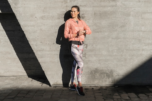Portrait de jeune femme en legging Photo gratuit
