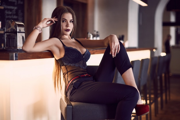 Portrait de jeune femme magnifique beauté en intérieur Photo Premium