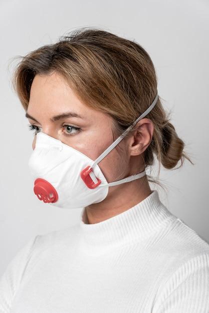 Portrait De Jeune Femme Avec Masque Chirurgical Photo gratuit