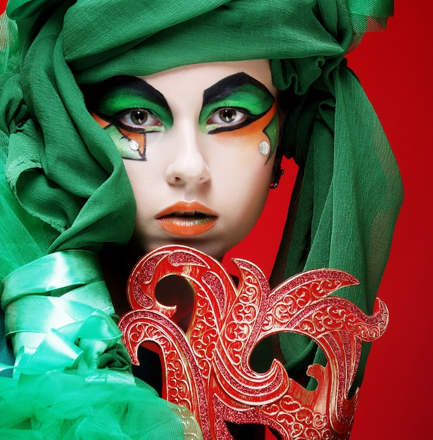 Portrait De Jeune Femme Avec Masque En Image Théâtrale Créative Photo Premium