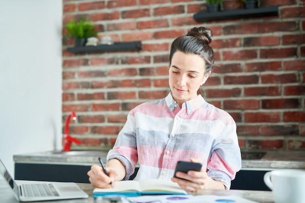 Portrait De Jeune Femme Moderne Travaillant à La Maison Ou Faire Ses Devoirs, Copiez L'espace Photo Premium