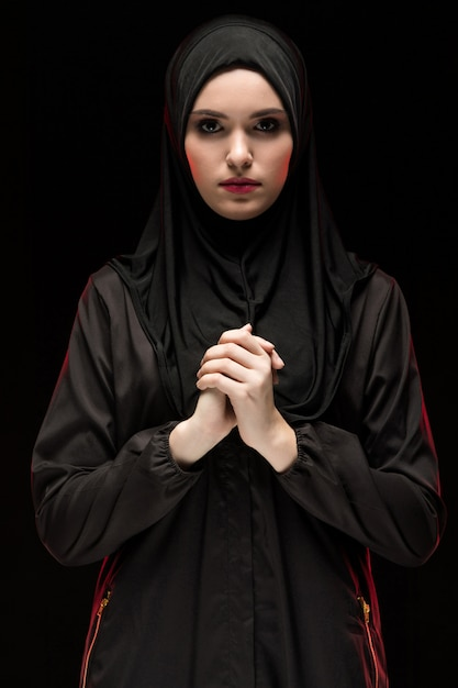 Portrait de jeune femme musulmane en costume traditionnel Photo Premium