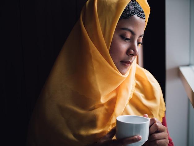 Portrait de jeune femme musulmane dans un café Photo Premium