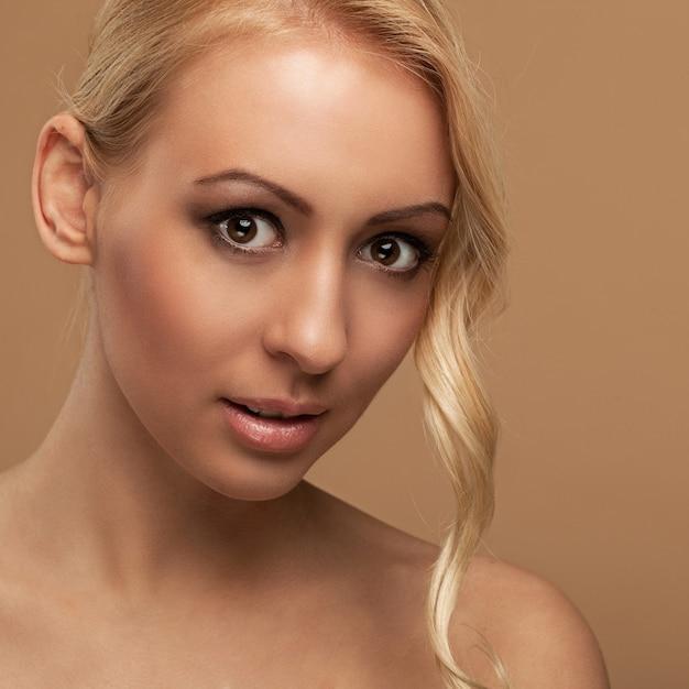 Portrait de jeune femme naturelle Photo gratuit