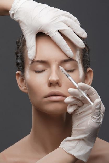 Portrait, Jeune, Femme, Obtenir, Cosmétique, Injection Photo Premium