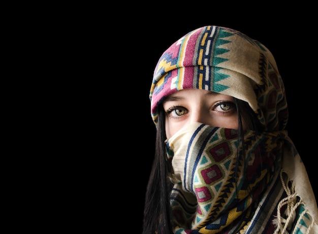 Portrait De Jeune Femme Orientale à Paranja Isolé Sur Fond Noir Photo Premium