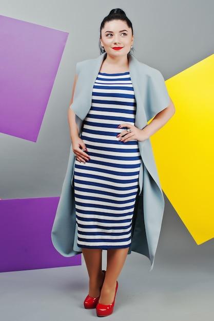 Portrait de jeune femme avec des planches vierges jaunes et violettes Photo Premium