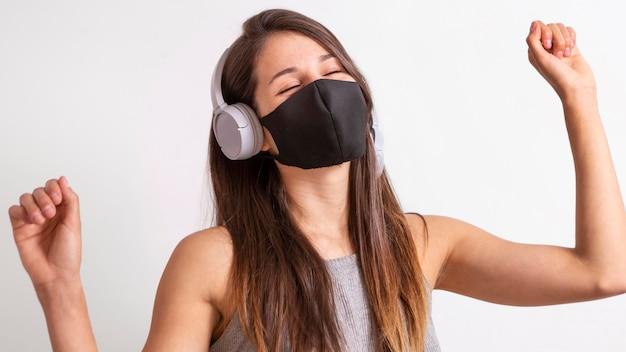 Portrait Jeune Femme Portant Un Masque Et écouter De La Musique Photo Premium