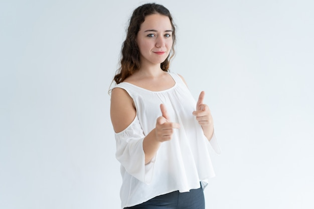 Portrait de jeune femme positive pointant à la caméra en vous choisissant Photo gratuit