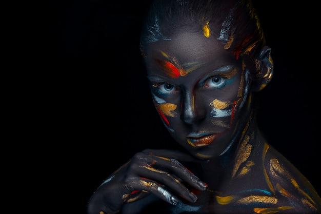 Portrait D'une Jeune Femme Qui Pose Recouverte De Peinture Noire Photo gratuit