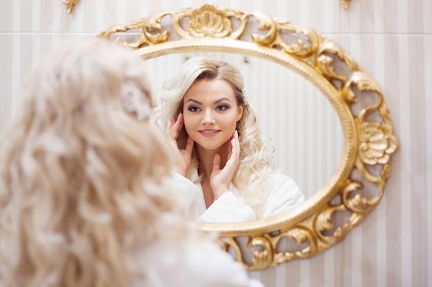 Portrait De Jeune Femme Sexy Dans Un Peignoir En Regardant Le Miroir. Photo Premium