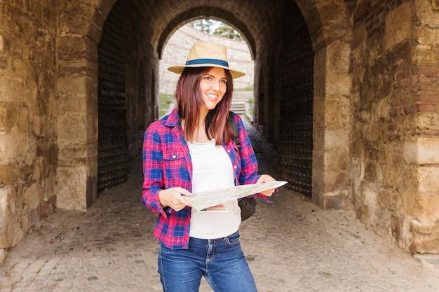 Portrait d'une jeune femme souriante tenant la carte Photo gratuit