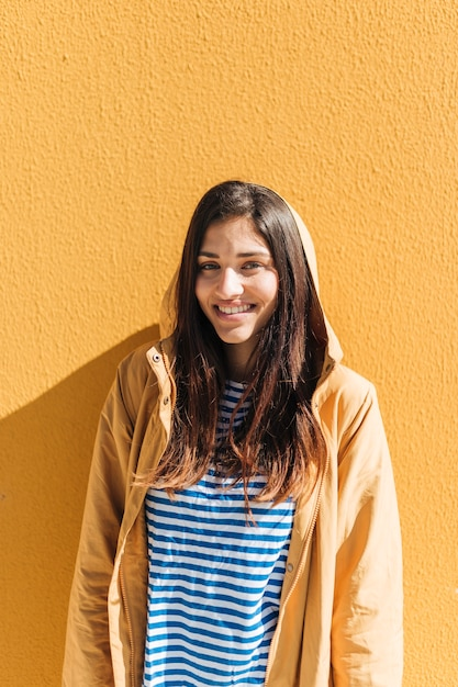 Portrait D'une Jeune Femme Souriante Photo gratuit