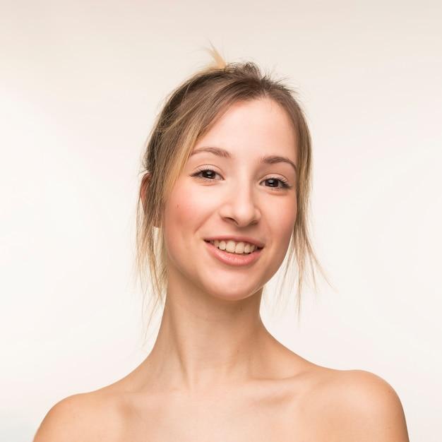 Portrait de jeune femme souriante Photo gratuit