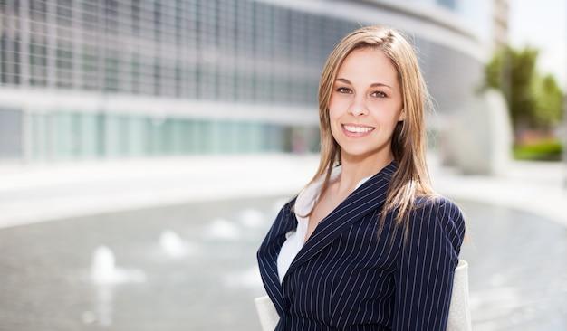 Portrait d'une jeune femme souriante Photo Premium