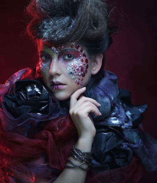 Portrait De Jeune Femme Stylisée Avec Visage Créatif. Photo Premium