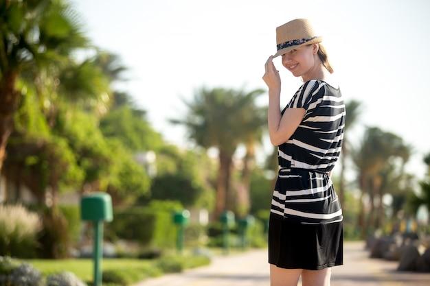 Portrait de jeune femme en sunhat Photo gratuit