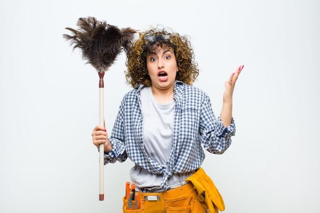 Portrait D'une Jeune Femme Tenant Un Plumeau Photo Premium