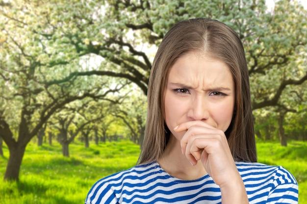 Portrait d'une jeune femme tenant son nez Photo Premium
