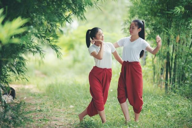 Portrait d'une jeune femme thaïlandaise dans la culture artistique thaïlande danse, thaïlande Photo gratuit