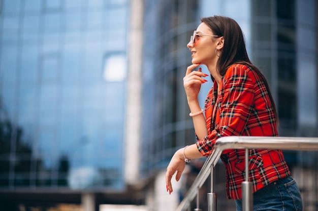 Portrait d'une jeune femme en veste rouge Photo gratuit