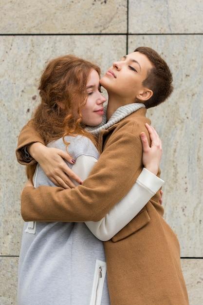 Portrait, Jeune, Femmes, étreignant Photo gratuit