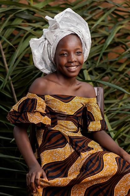 Portrait De Jeune Fille Africaine Heureuse Coup Moyen Photo gratuit