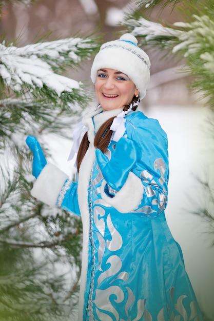 Portrait de la jeune fille au bonnet en hiver dans le bois Photo Premium