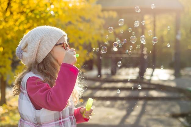 Portrait de jeune fille avec des bulles de savon Photo Premium