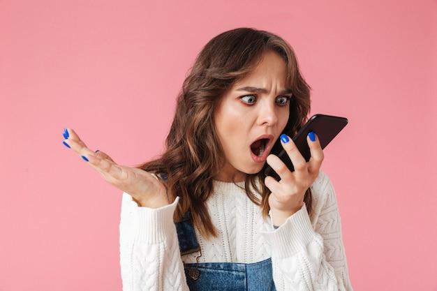 Portrait D'une Jeune Fille En Colère Criant Au Téléphone Mobile Photo Premium