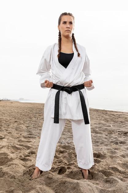 Portrait de jeune fille en costume de karaté Photo gratuit