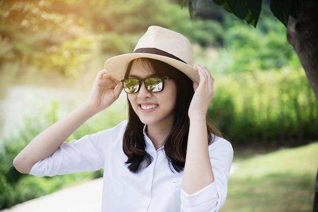 Portrait jeune fille dans la nature Photo gratuit