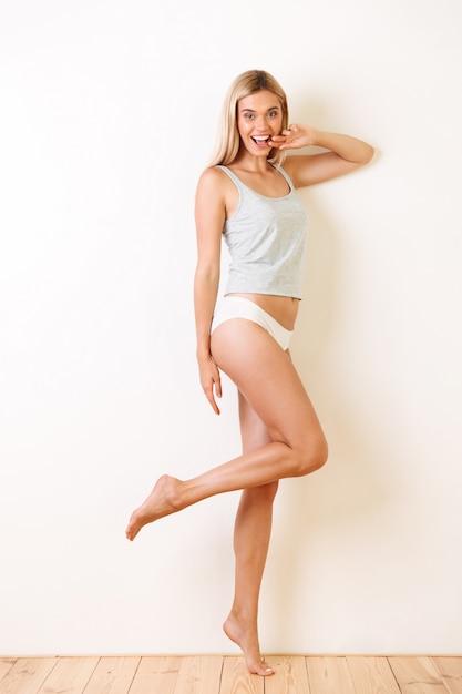 Portrait D'une Jeune Fille Gaie En Sous-vêtements Photo gratuit