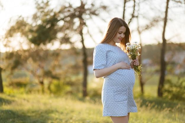 Portrait de jeune fille sur l'herbe et les arbres Photo gratuit