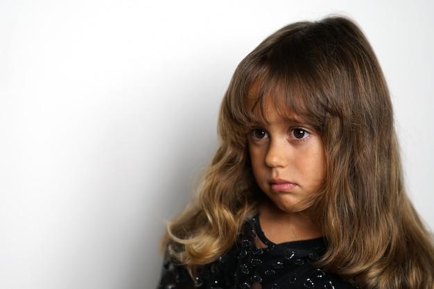 Portrait D'une Jeune Fille Italienne De 4 Ans à La Recherche Sur Le Côté Photo Premium